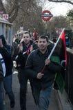 2 insamlande personer som protesterar Arkivfoto