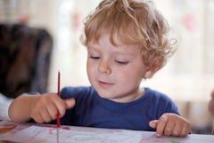 2 Jahre alte Kleinkindjungen-Zeichnung Lizenzfreie Stockbilder