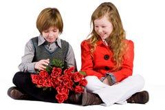 2 jonge geitjes en de rozen Royalty-vrije Stock Foto's