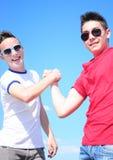 2 jugendlich Jungen, die Hände rütteln Stockfotos