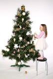 2 jul som dekorerar treen Royaltyfri Foto