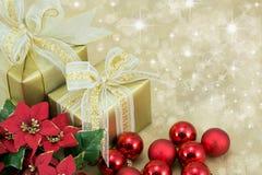 2 julklappar med röda baubles. Royaltyfri Foto