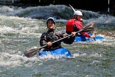 2 kayakers в белой воде Стоковая Фотография RF