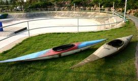 2 kayaks на траве Стоковая Фотография RF