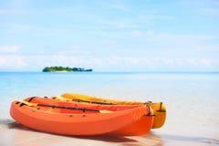 2 kayaks на тропическом пляже Стоковая Фотография