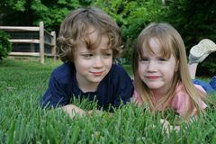 2 kids in the grass Stock Image