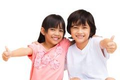 2 kind dat duimen omhoog met het Glimlachen maakt Stock Afbeelding