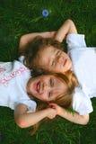 2 kinderen in het gras Stock Fotografie