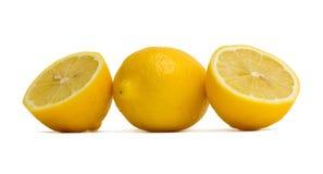 2 klippta citroner Arkivbild
