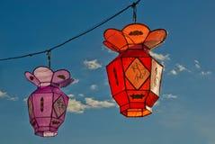 2 lanternas de papel chinesas coloridas Imagem de Stock Royalty Free
