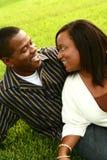 2 lyckliga afrikansk amerikanpar Arkivfoton