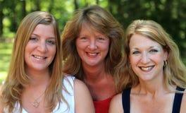 2 lyckliga systrar tre Arkivfoto