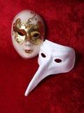 2 máscaras en el terciopelo rojo Fotos de archivo libres de regalías