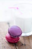 2 macaroons и молока Стоковое Изображение RF