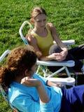2 meisjes in het park Stock Afbeeldingen