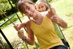 2 meisjes op de speelplaats Royalty-vrije Stock Afbeeldingen