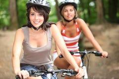 2 meisjes op fietsen Royalty-vrije Stock Fotografie