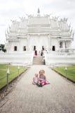 2 meisjes (toerist) door Wat Rong Khun Royalty-vrije Stock Fotografie