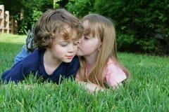 2 miúdos na grama Imagem de Stock Royalty Free