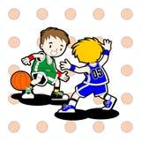 2 miúdos que jogam o basquetebol Fotografia de Stock