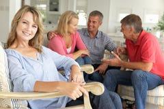 2 mittlere Alterspaare, die zu Hause gesellig sind Lizenzfreies Stockbild