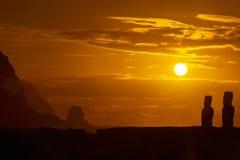 2 moais против померанцового восхода солнца Стоковые Изображения