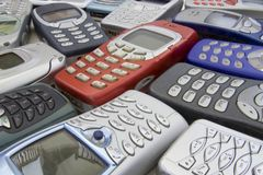 2 mobila gammala telefoner royaltyfria bilder