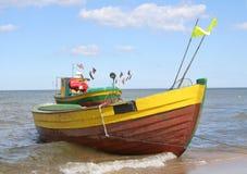 2 mot härliga fartyg som fiskar den gammala skyen Royaltyfri Fotografi