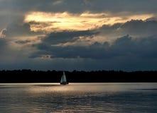 2 mot segelbåtskyen fotografering för bildbyråer