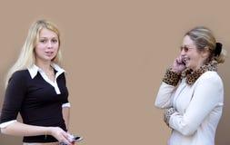 2 mujeres con los teléfonos Fotografía de archivo