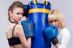 2 mujeres implicadas en el boxeo Imagenes de archivo