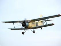 AN-2 na aproximação final Fotografia de Stock
