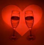 2 okulary lampki szampana, umowę plastikową serce Fotografia Royalty Free