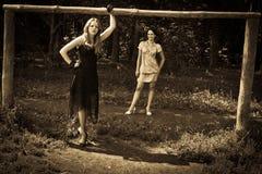 2 outdoors ретро-введенной в моду женщины Стоковая Фотография