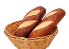 2 pains dans le panier en bambou Photo stock