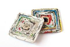 2 Papieruntersetzer hergestellt von den alten Zeitschriften Stockbilder