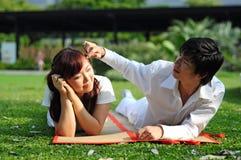 2 par älskar parkutgiftertid Royaltyfri Bild