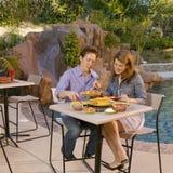 2 par som äter poolsiden Arkivfoton