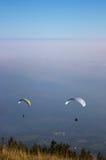 2 paragliders que voam na névoa elevada Fotografia de Stock Royalty Free