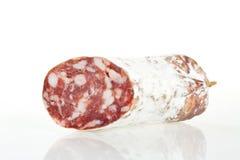 2 parties de salami sur un fond blanc Images libres de droits