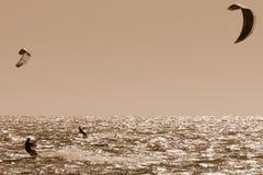 2 personas que practica surf de la cometa en sepia Imagen de archivo