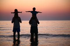 2 pessoas no mar com crianças Imagens de Stock