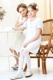 2 piccole sorelle in caffè Fotografia Stock Libera da Diritti