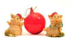 2 porcos e esfera vermelha Fotografia de Stock Royalty Free