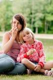 2 ragazze mangianti Fotografie Stock Libere da Diritti