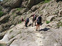 2 som klättra i berg Arkivfoton