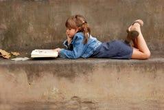 2 som läser Arkivbilder