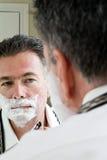 2 som rakar Fotografering för Bildbyråer
