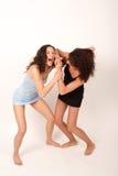 2 som slåss två unga kvinnor Fotografering för Bildbyråer