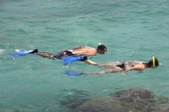 2 som snorkeling Arkivbild